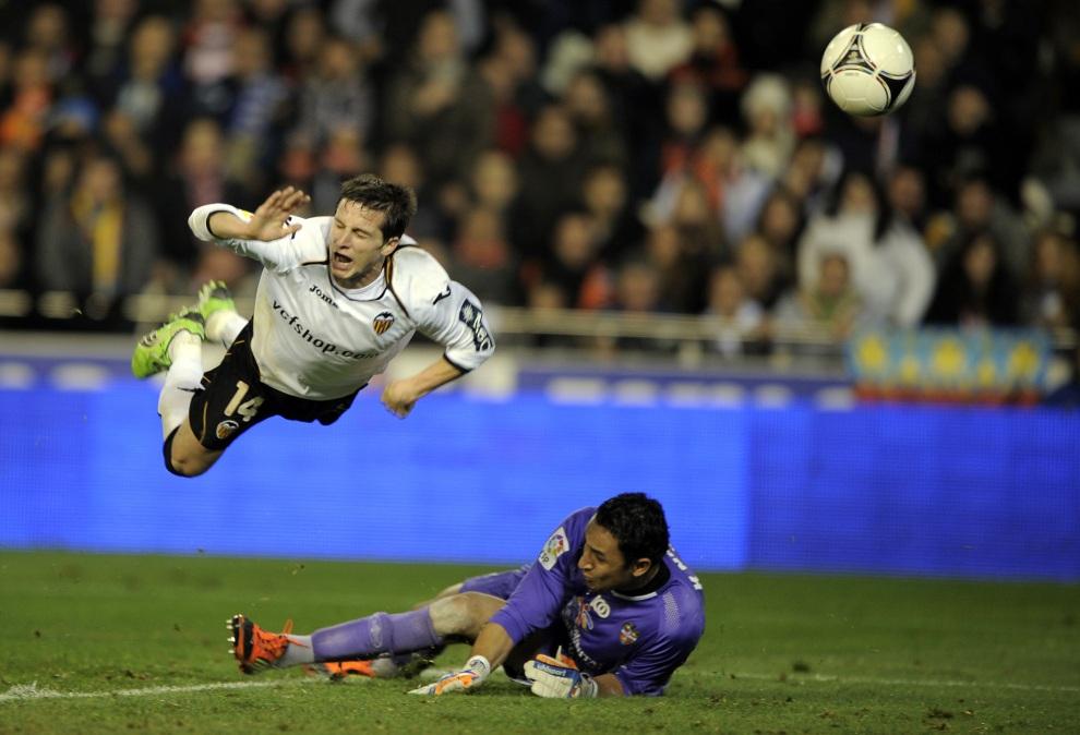 27.HISZPANIA, Walencja, 19 stycznia 2012:  Pablo Piatti (po lewej) zdobywa bramkę w meczu rozgrywek o Puchar Króla. AFP PHOTO / JOSE JORDAN