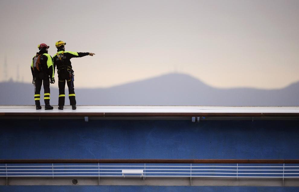27.WŁOCHY, Isola del Giglio, 13 stycznia 2012: Strażacy pracujący na uszkodzonym liniowcu. AFP PHOTO / FILIPPO MONTEFORTE