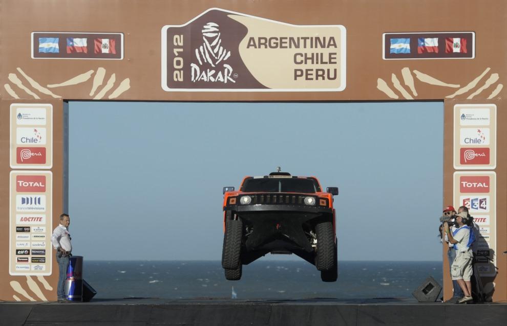 2.ARGENTYNA, Mar del Plata, 31 grudnia 2011: Załoga Robby Gordon i Johnny Campbell w trakcie symbolicznego startu rajdu. AFP PHOTO / Juan Mabromata