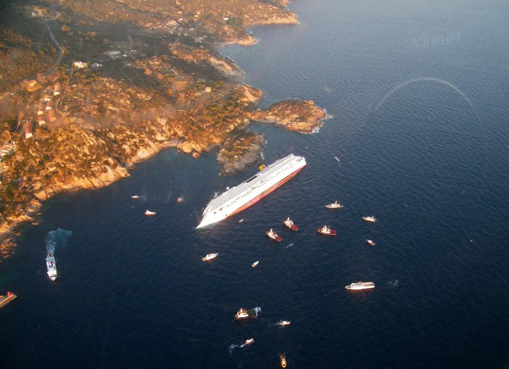 2.WŁOCHY, Isola del Giglio, 14 stycznia 2012: Costa Concordia na miejscu katastrofy widzianym z lotu ptaka. AFP PHOTO/ HO/ ITALIAN GUARDIA DE FINANZA