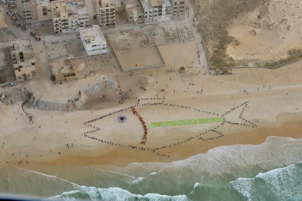 2.SENEGAL, Dakar, 19 stycznia 2012: Grupa studentów stworzyła ze swoich ciał wizerunek ryby. W ten sposób chcą zwrócić uwagę rządu na problemy związane połowami ryb. AFP PHOTO / SEYLLOU
