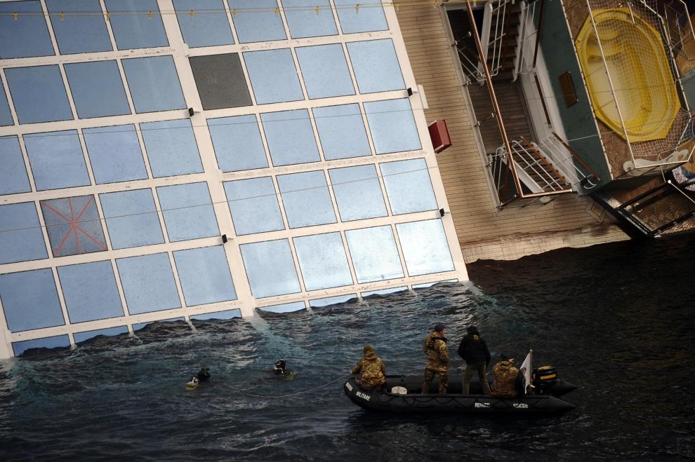 30.WŁOCHY, Isola del Giglio, 15 stycznia 2012: Nurkowie sprawdzają zalaną część Costa Concordia. AFP PHOTO / FILIPPO MONTEFORTE