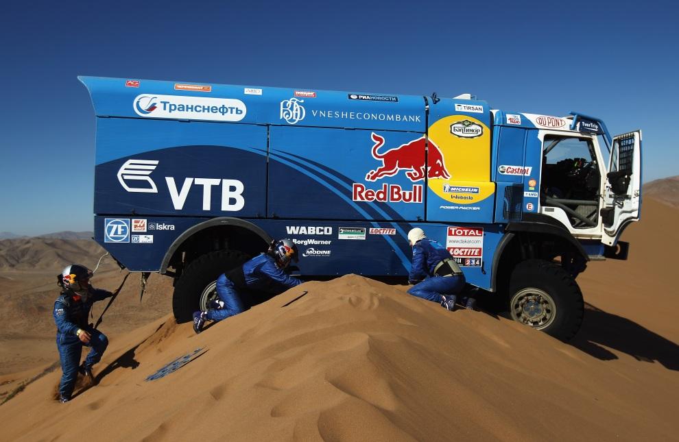 30.CHILE, Copiapó, 7 stycznia 2012: Kierowca Andrey Karginov oraz piloci Andrey Mokeev i Igor Devyatkin starają się odkopać ciężarówkę. (Foto:  Bryn Lennon/Getty   Images)