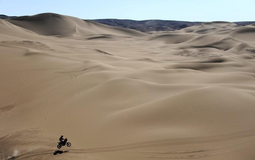 3.CHILE, Arica, 11 stycznia 2012: Cyril Despres na motocyklu KTM na trasie dziesiątego odcinka rajdu. AFP PHOTO/POOL/JEROME PREVOST