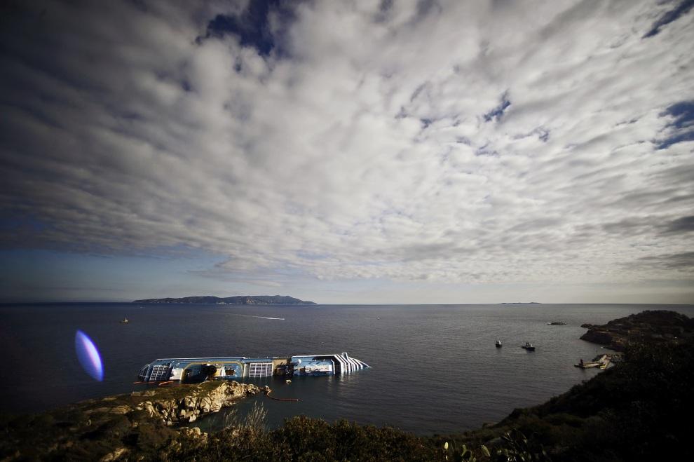 3.WŁOCHY, Isola del Giglio, 17 stycznia 2012: Miejsce zatonięcia Costa Concordia widziane z brzegu. AFP PHOTO / FILIPPO MONTEFORTE