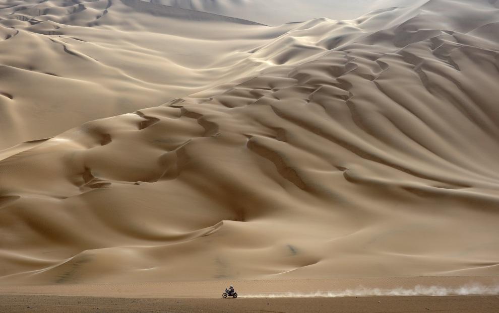 4.PERU, Arequipa, 12 stycznia 2012: Motocyklista na pustynnym odcinku jedenastego etapu rajdu. AFP PHOTO/PHILIPPE DESMAZES