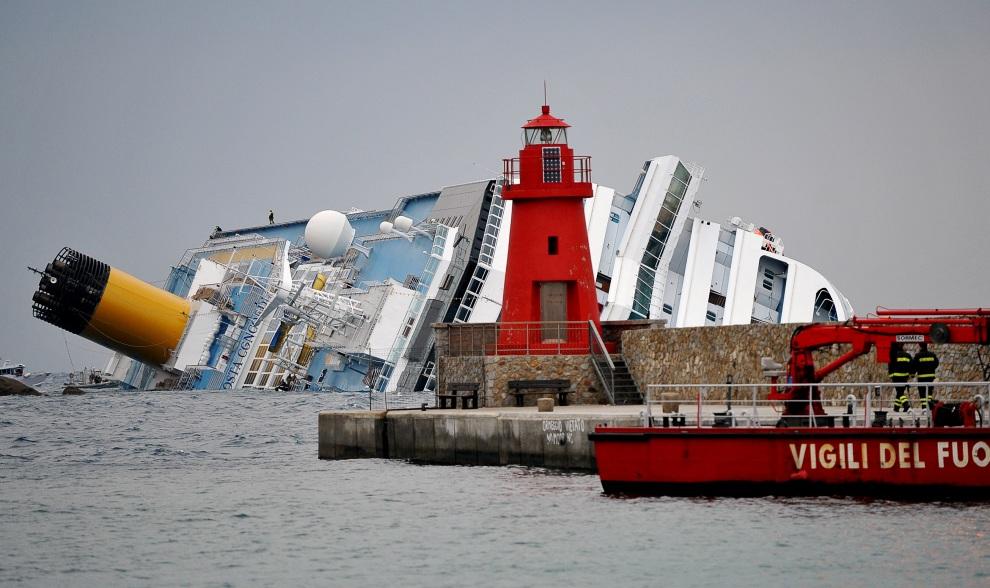 4.WŁOCHY, Isola del Giglio, 16 stycznia 2012: Latarnia morska na Isola del Giglio. AFP PHOTO / ANDREAS SOLARO