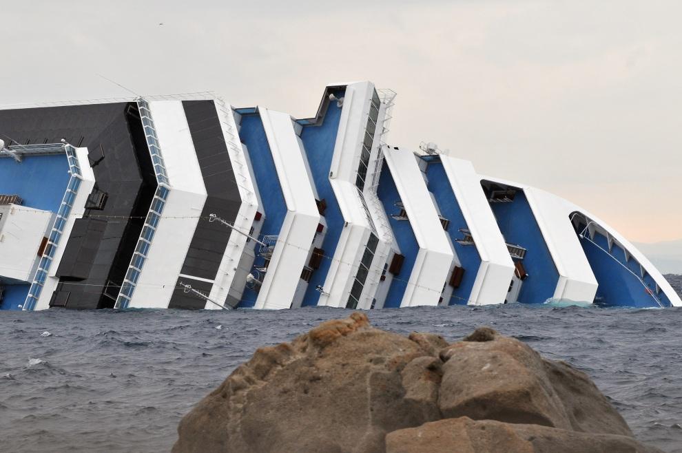 5.WŁOCHY, Isola del Giglio, 16 stycznia 2012: Leżący na burcie liniowiec Costa Concordia. (Foto: Laura Lezza/Getty Images)