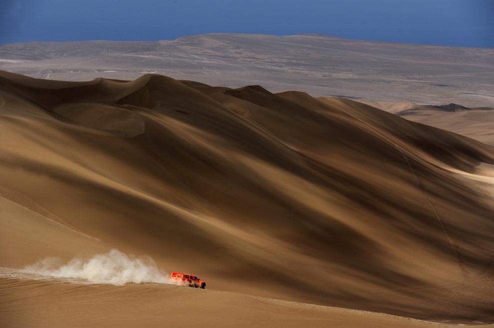 6.CHILE, Arica, 11 stycznia 2012: Robby Gordon za kierownicą Hummera na trasie dziesiątego etapu rajdu. AFP PHOTO/PHILIPPE DESMAZES
