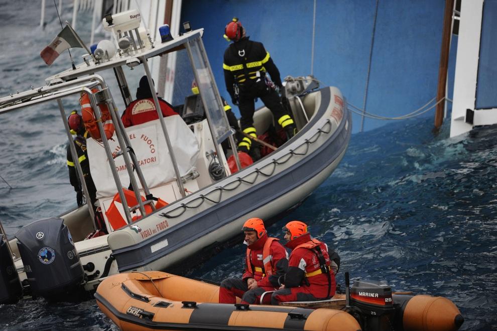 7.WŁOCHY, Isola del Giglio, 16 stycznia 2012: Strażacy w trakcie akcji ratowniczej w pobliżu Costa Concordia. AFP PHOTO / FILIPPO MONTEFORTE