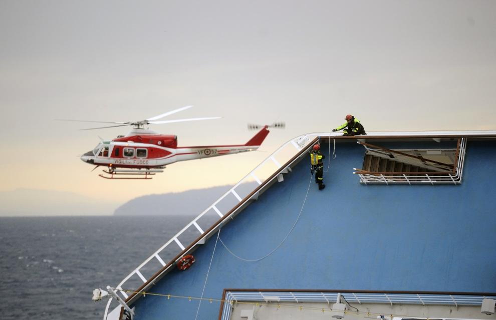 9.WŁOCHY, Isola del Giglio, 16 stycznia 2012: Strażacy na pokładzie leżącego na burcie Costa Concordia. AFP PHOTO / FILIPPO MONTEFORTE