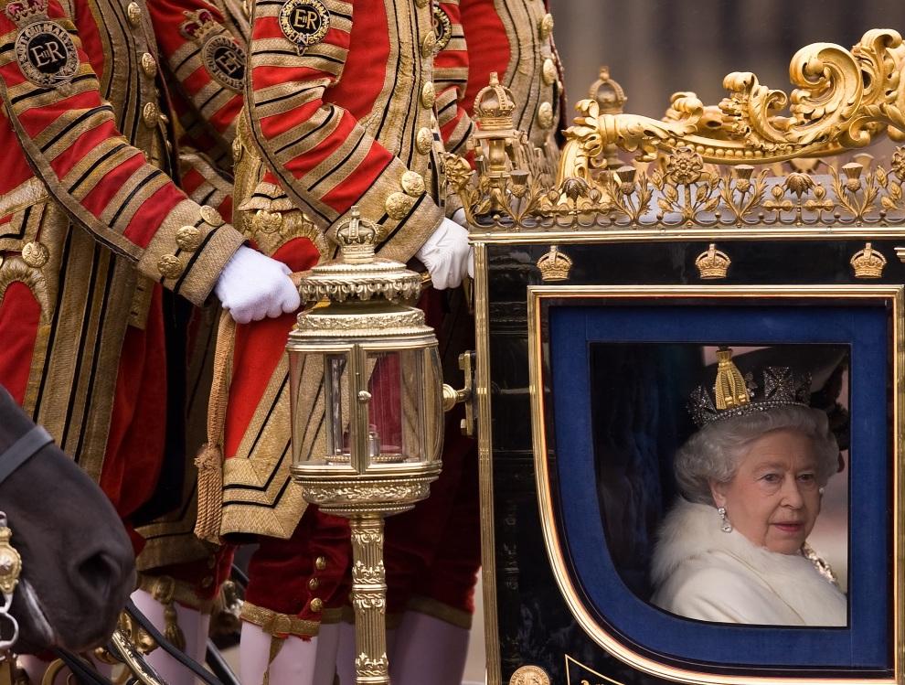10.WIELKA BRYTANIA, Londyn, 18 listopada 2009: Elżbieta II opuszcza Pałac Buckingham w powozie. AFP PHOTO/Leon Neal