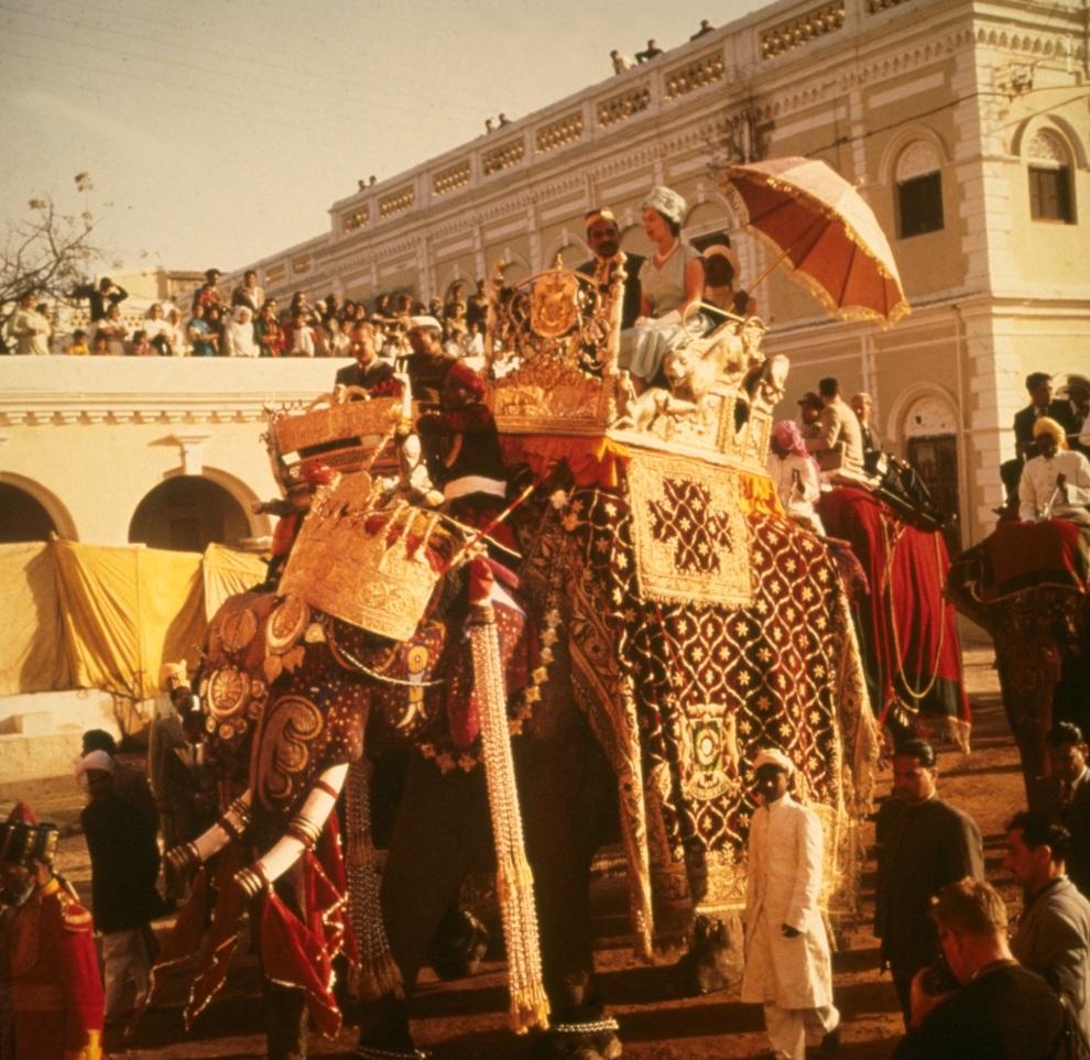 11.INDIE, Benares, 25 stycznia 1061: Elżbieta II na słoniu podczas wizyty w Indiach. (Foto: Keystone/Getty Images)