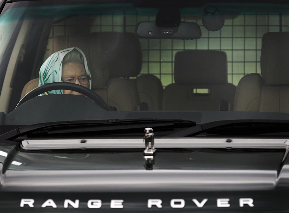 12.WIELKA BRYTANIA, Londyn, 13 maja 2011: Elżbieta II za kierownicą samochodu. AFP PHOTO/ADRIAN DENNIS