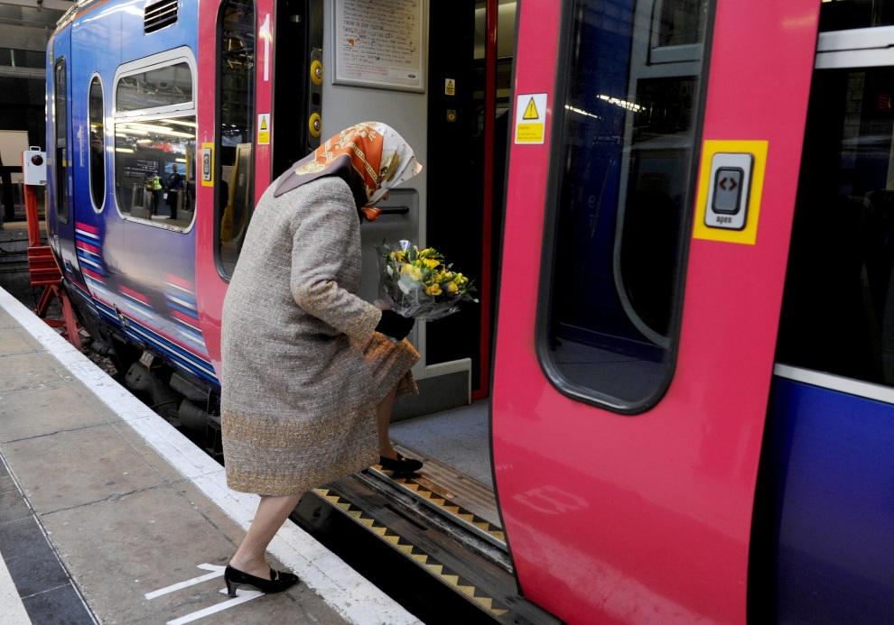 13.WIELKA BRYTANIA, Londyn, 17 grudnia 2009: Elżbieta II wsiada na pokład pociągu First Capital Connect. AFP PHOTO/Stefan Rousseau/POOL
