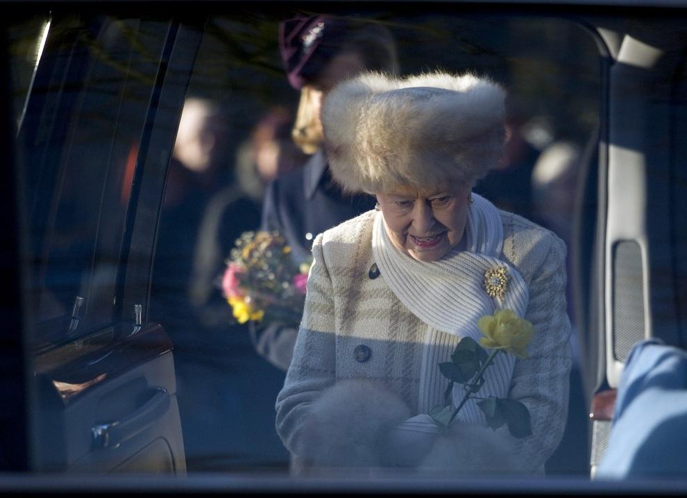 14.WIELKA BRYTANIA, Sandringham, 25 grudnia 2010: Elżbieta II wsiada do samochodu po zakończeniu nabożeństwa świątecznego w kościele pod wezwaniem Św. Marii   Magdaleny. AFP PHOTO /CARL COURT