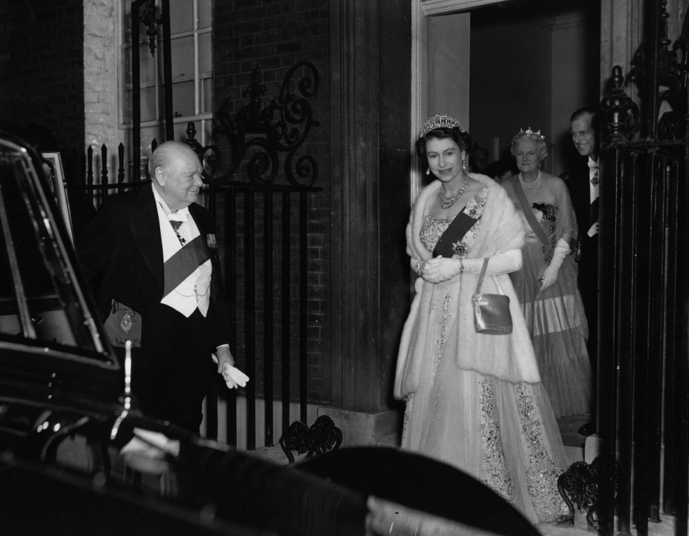 15.	WIELKA BRYTANIA, Londyn: Elżbieta II i książę Filip opuszczają Downing Street 10, po kolacji z  Sir Winstonem Churchill'em. (Foto: Fox Photos/Getty Images)