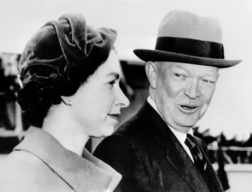 16.USA, Waszyngton, 18 października 1957: Elżbieta II witana przez Eisenhower'a. AFP