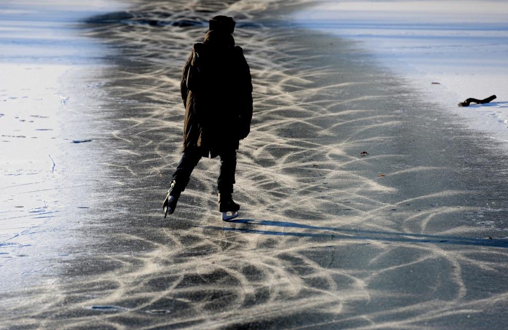 16.NIEMCY, Berlin, 12 lutego 2012: Łyżwiarka na zamarzniętym jeziorze w pobliżu zamku Charlottenburg. AFP PHOTO MAURIZIO GAMBARINI