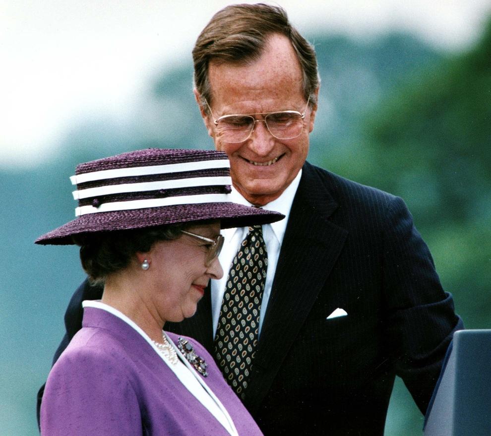 18.USA, Waszyngton, 14 maja 1991: Prezydent George Bush ustępuje miejsca na mównicy Elżbiecie II. AFP