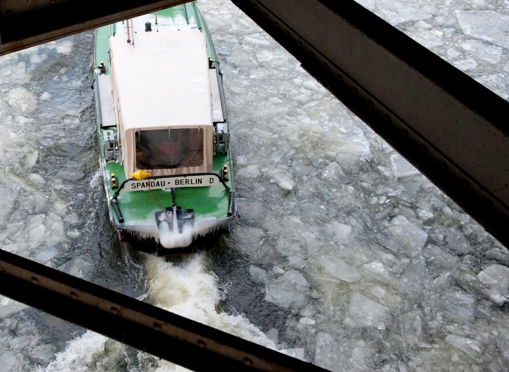 18.NIEMCY, Berlin, 4 lutego 2012:  Łódź za zamarzniętej Sprewie płynącej przez Berlin. AFP PHOTO / JOERG CARSTENSEN