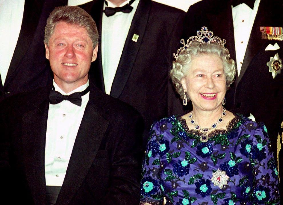 19.WIELKA BRYTANIA, Portsmouth, 4 czerwca 1994: Prezydent Clinton i Elżbieta II pozują do zdjęcia w rocznicę D-Day. AFP