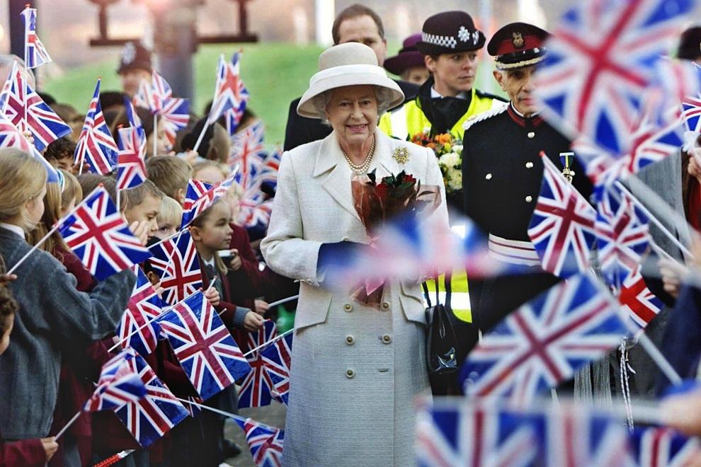1.WIELKA BRYTANIA, Londyn, 11 grudnia 2001: Elżbieta II witana podczas wizyty w szpitalu. AFP