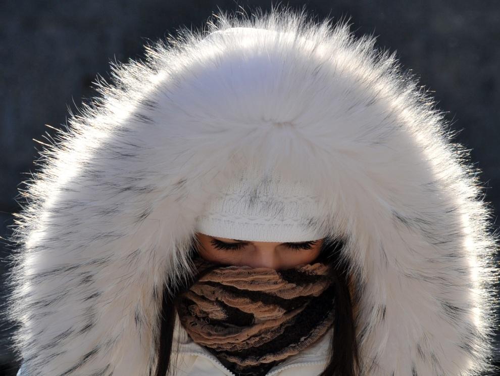 1.UKRAINA, Kijów, 1 lutego 2012: Dziewczyna na ulicy w Kijowie. AFP PHOTO/ SERGEI SUPINSKY