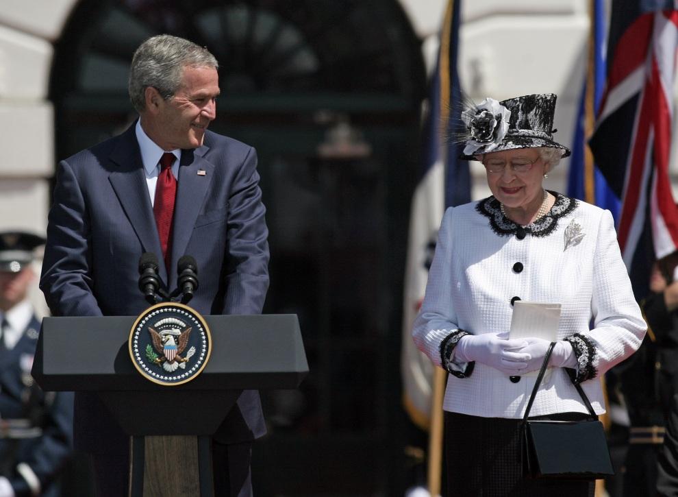 20.USA, Waszyngton, 7 maja 2007: Prezydent George W. Bush wita przebywająca z wizytą do USA Elżbietę II. AFP PHOTO/Jim WATSON