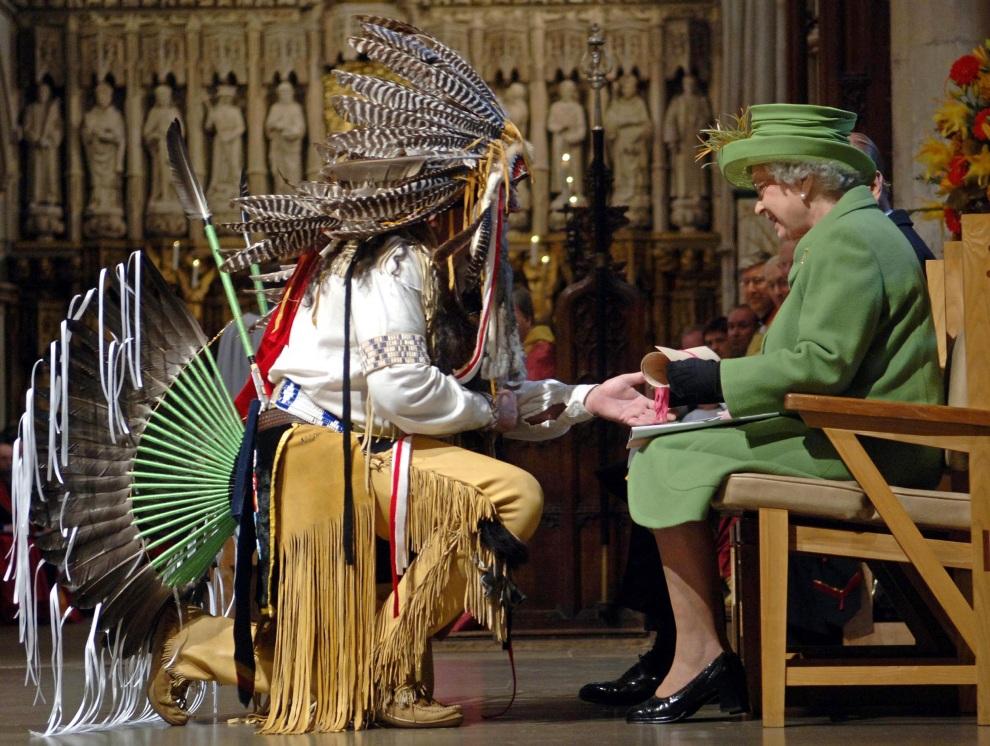 21.WIELKA BRYTANIA, Londyn, 22 listopada 2006: Elżbieta II przyjmuje zwój od wodza plemienia   Moheganów podczas pogrzebu jednego z członków plemienia. /WPA/POOL