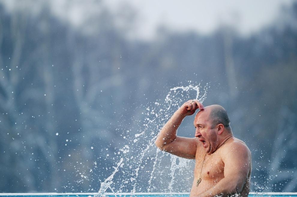 25.ROSJA, Moskwa, 19 stycznia 2012: Mężczyzna podczas obrzędowej kąpieli w święto Objawienia Pańskiego. AFP PHOTO / NATALIA KOLESNIKOVA