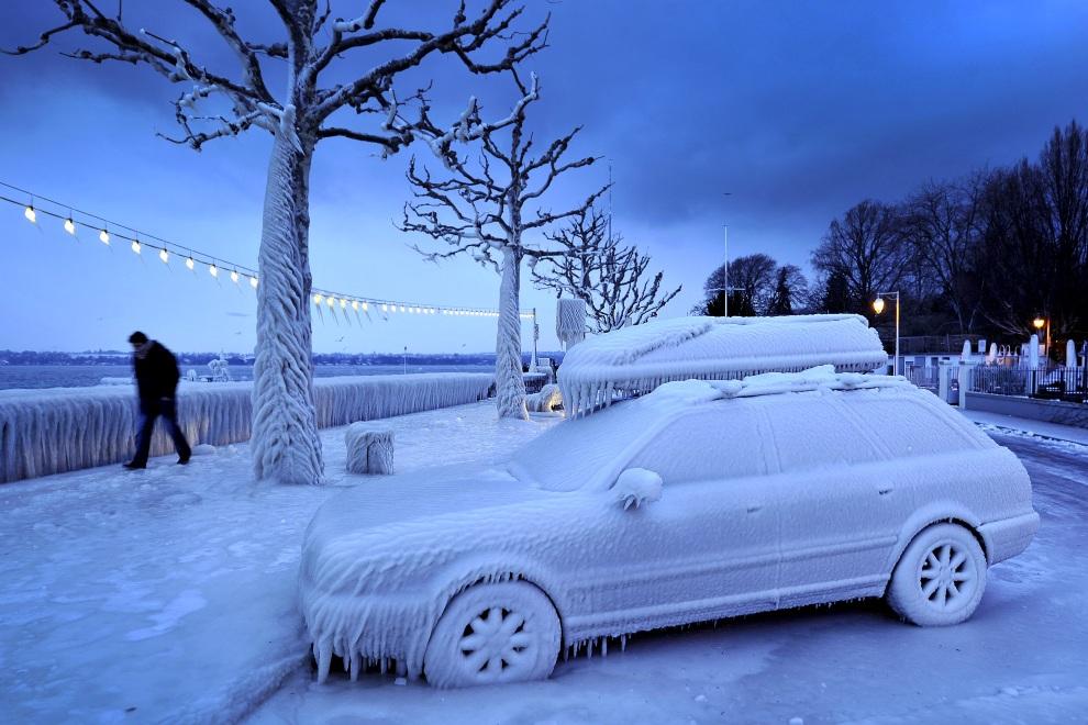 26.SZWAJCARIA, Versoix, 5 lutego 2012: Oblodzony samochód nad brzegiem Jeziora Genewskiego. AFP PHOTO / FABRICE COFFRINI