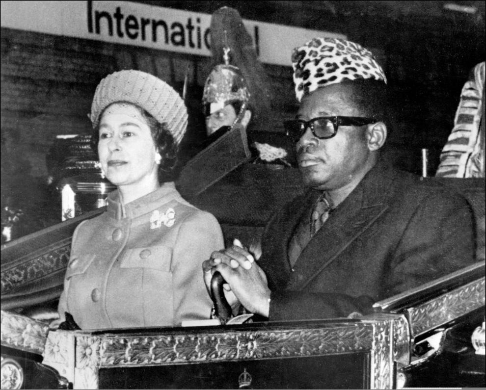 26.WIELKA BRYTANIA, Londyn, grudzień 1973: Elżbieta II w towarzystwie Mobutu Sese Seko. N/B B/W