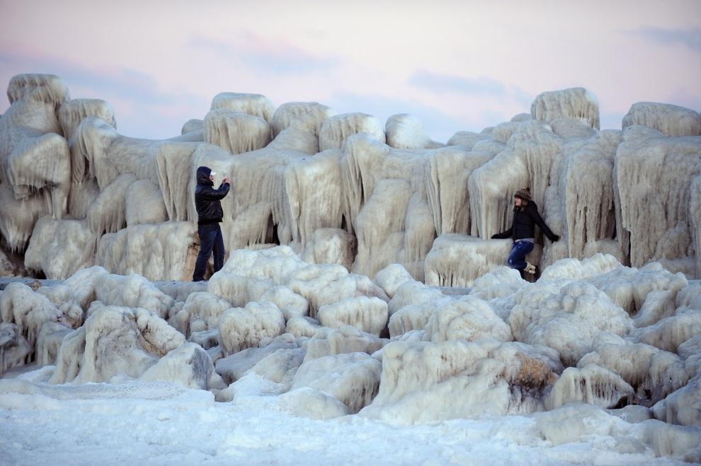 27.RUMUNIA, Constanta, 1 lutego 2012: Ludzie spacerujący nad brzegiem Morza Czarnego. AFP PHOTO DANIEL MIHAILESCU