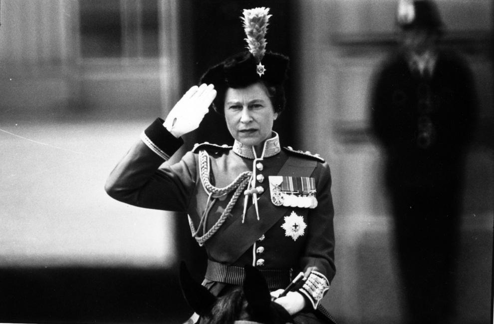 28.WIELKA BRYTANIA, Londyn, 17 czerwca 1974: Elżbieta II podczas uroczystości wojskowej w Horse Guard's Parade. (Foto: Aubrey Hart/Evening Standard/Getty Images)