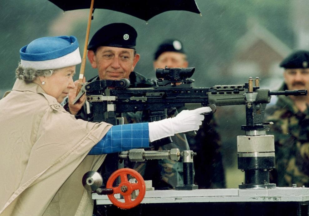 29.WIELKA BRYTANIA, Bisley, 9 lipca 1993: Elżbieta II podczas spotknia Army Rifle Association. AFP
