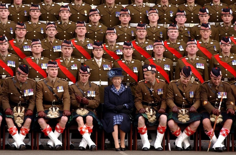 30.WIELKA BRYTANIA, Canterbury, 9 listopada 2004: Elżbieta II podczas zdjęcia z 1. Batalionem z Argyll. /PA Photo/Rota POOL