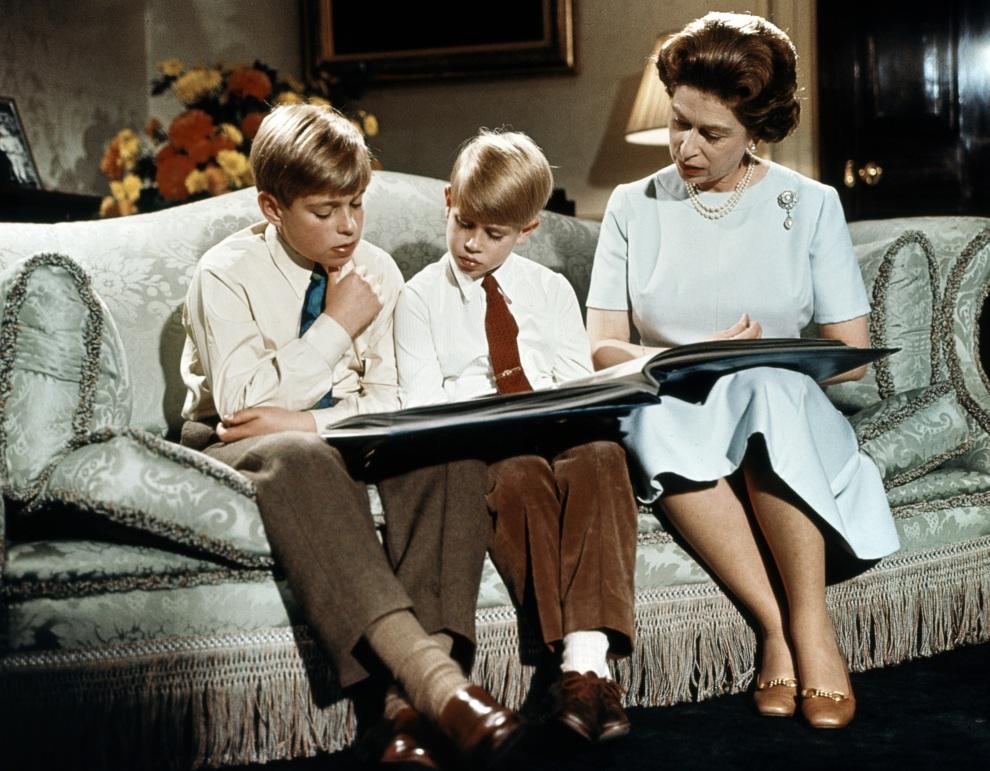 31.WIELKA BRYTANIA, Londyn, grudzień 1971: Elżbieta II z synami (książętami Andrzejem – po lewej i Edwardem – po prawej). AFP