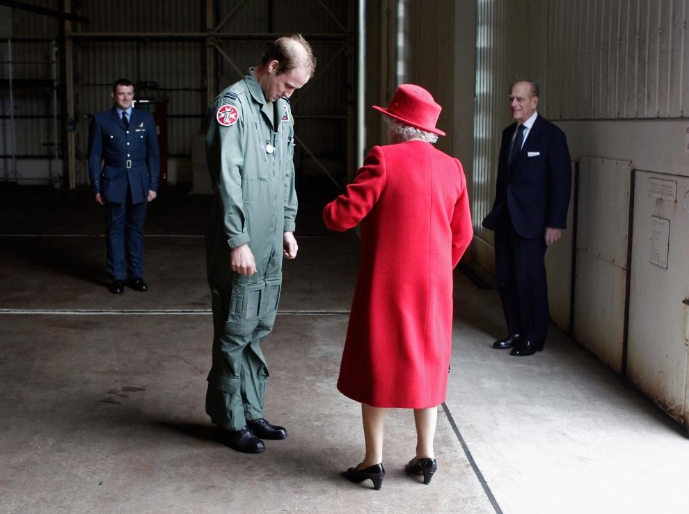 34.WIELKA BRYTANIA, Anglesey, 1 kwietnia 2011: Książe William wita babcię, Elżbietę II, podczas jej wizyty w bazie RAF. AFP PHOTO / Christopher Furlong /WPA POOL
