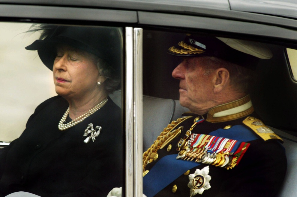 36.WIELKA BRYTANIA, Londyn, 9 kwietnia 2002: Elżbieta II i książę Filip opuszczają Opactwo Westminsterskie po uroczystościach pogrzebowych Królowej Matki.  AFP