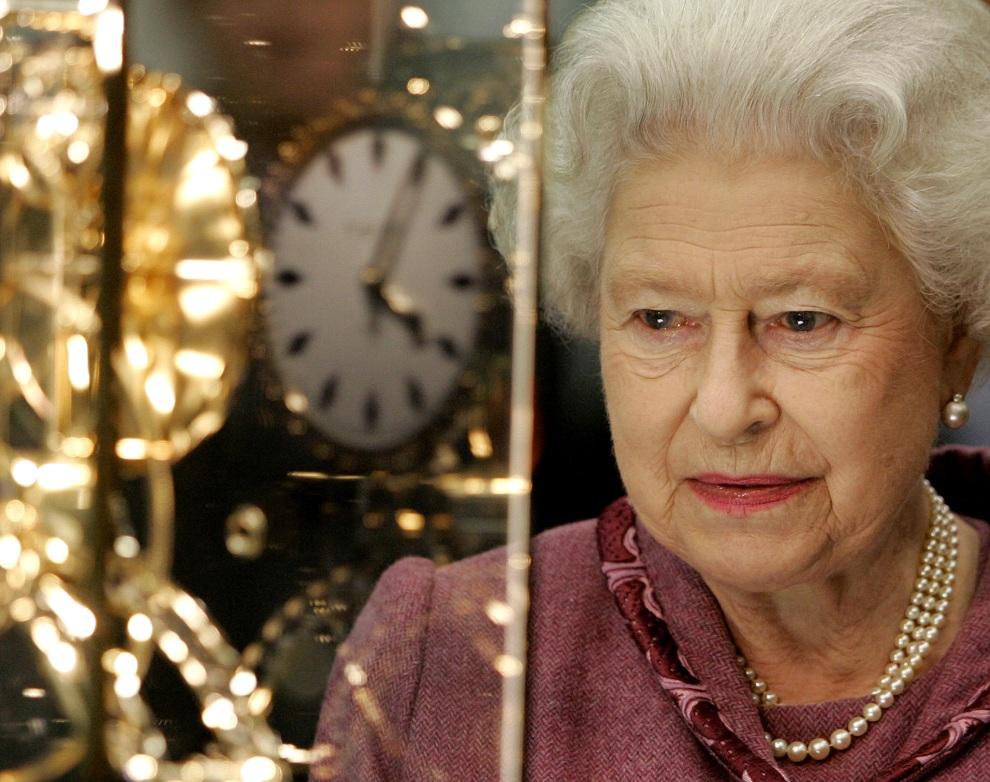 37.WIELKA BRYTANIA, Londyn, 6 listopada 2007: Elżbieta II przygląda się replice dworca St Pancras podczas uroczystego otwarcia nowego terminalu. / POOL