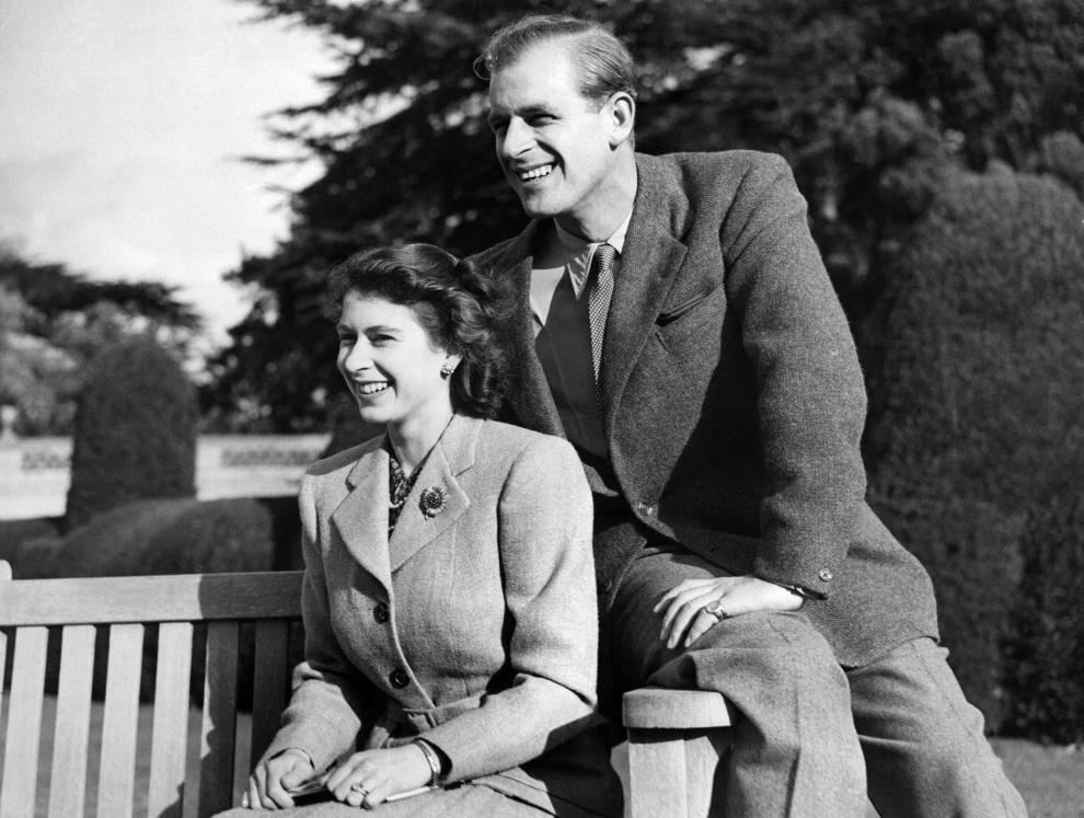 5.WIELKA BRYTANIA, Romsey, 25 listopada 1947: Elżbieta pozuje z mężem w czasie misiąca miodowego.  AFP