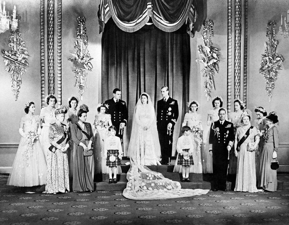 6.WIELKA BRYTANIA, Londyn, 20 listopada 1947: Królewska rodzina po uroczystości zaślubin Elżbiety i Filipa.  AFP