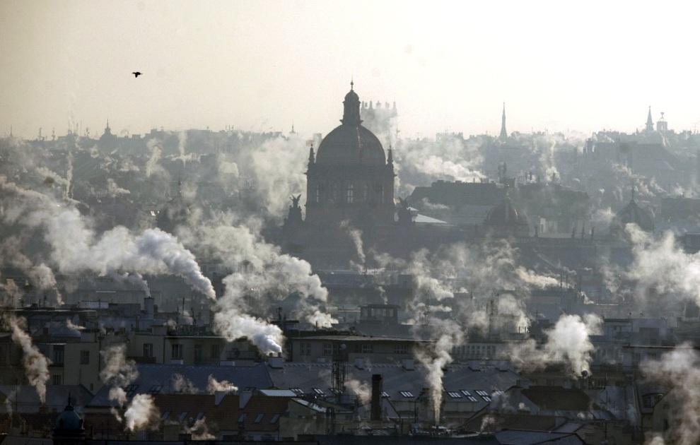 7.CZECHY, Praga, 6 lutego 2012: Dym z kominów unosi się nad centrum Pragi. AFP PHOTO / MICHAL CIZEK