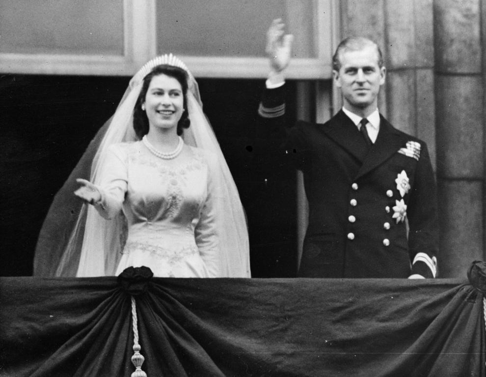7.WIELKA BRYTANIA, Londyn, 20 listopada 1947: Księżniczka Elżbieta i Filip, książę Edynburga, pozdrawiają tłum z balkonu w Pałacu Buckingham. (Foto:   Keystone/Getty Images)