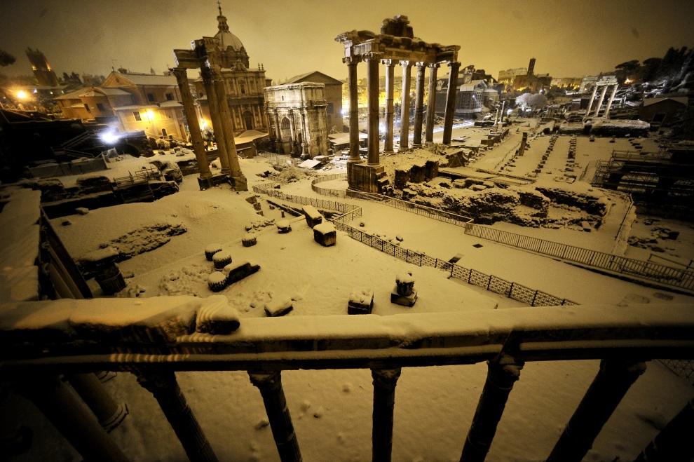 8.WŁOCYH, Rzym, 4 lutego 2012: Centrum Rzymu pokryte warstwą śniegu. AFP PHOTO / FILIPPO MONTEFORTE