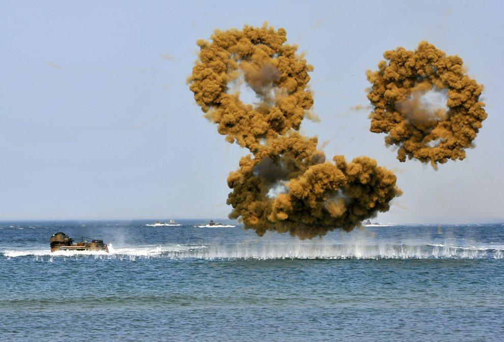 10.KOREA POŁUDNIOWA, Taean, 25 czerwca 2012: Ćwiczenia marynarki ok. 170 km. od Seulu. AFP PHOTO / JUNG YEON-JE