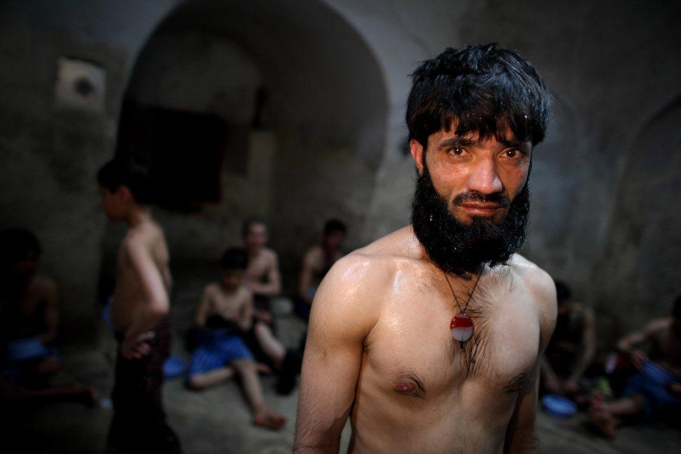 10.AFGANISTAN, Herat, 5 marca 2010: Mężczyzna we wnętrzu łaźni parowej. (Foto: Majid Saeedi/Getty Images)