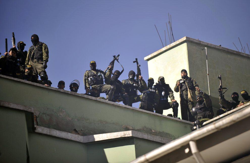 11.BOLIWIA, La Paz, 22 czerwca 2012: Strajkujący policjanci na dachu komendy głównej policji. AFP/PHOTO/Aizar Raldes