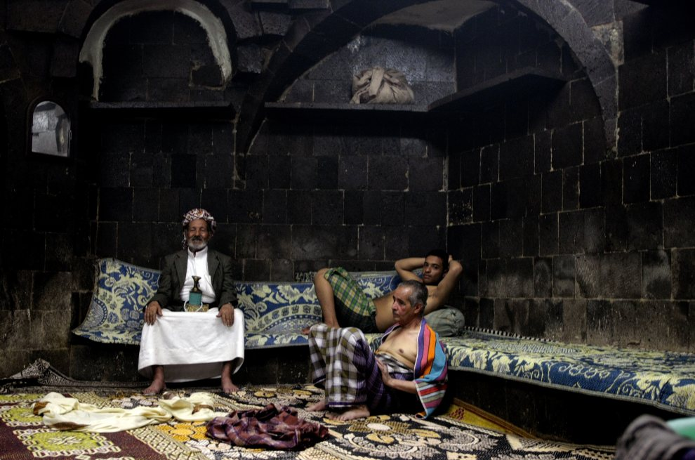 11.JEMEN, Sana, 9 listopada 2009: Mężczyźni we wnętrzu hammamu w starej części Sany. AFP PHOTO/MARWAN NAAMANI